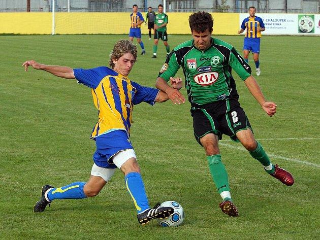 Fotbalisté Doubravky (v žlutomodrém) vybojovali proti béčku Příbramu svůj první bod v této sezoně.