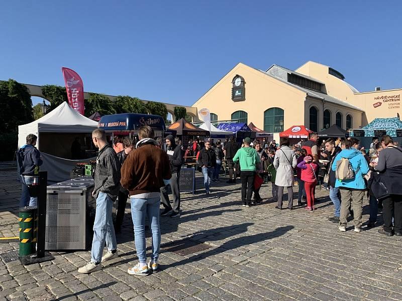 Na nádvoří Prazdroje právě probíhá šestý ročník pivně-kulturního festivalu Brewstock.