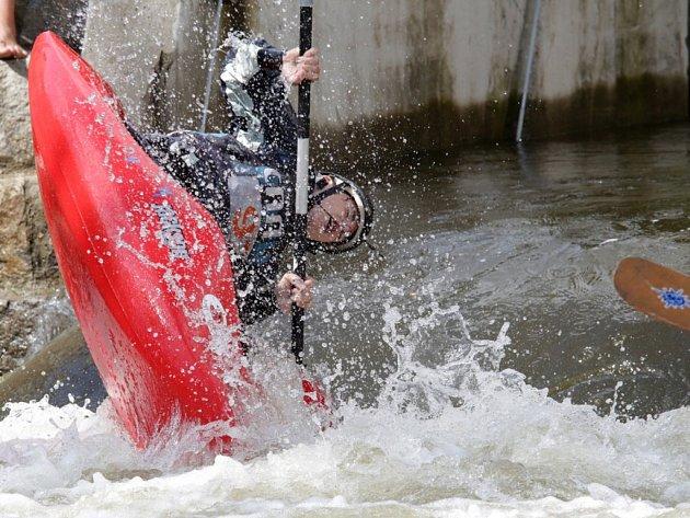 Závod na divoké vodě u plzeňského Kalikováku