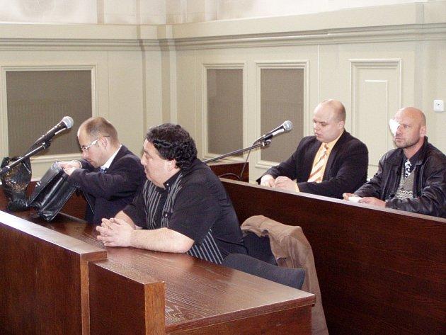 Jaroslav Žalud (vlevo) a Jiří Suchý (na snímku se svými advokáty) si za podvod a poškozování věřitelů včera vyslechli verdikt u Okresního soudu Plzeň–město. Ten je odsoudil k podmíněným trestům