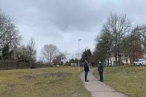 Touto trasou by měla v budoucnu vést nová silnice. Zmizely by stromy, zahrádky a veškerá zeleň. Na snímku obyvatelé okolních domů Jaromír Šlapák (vlevo) a Jan Hrabě (vpravo)
