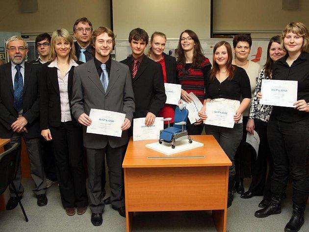 Vítězný tým s modelem nemocničního křesla