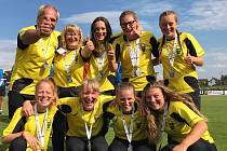 Radují se z medailí. Dívky z Úněšova na snímku se svým trenérem.