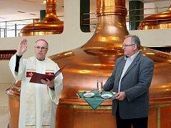 Plzeňský biskup František Radkovský v pondělí požehnal zlatavý mok, který poputuje o Velikonocích do Vatikánu. Asistoval mu při tom sládek Václav Berka