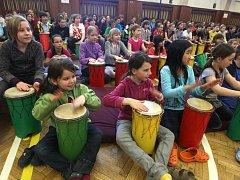 Dvě stovky dětí z prvního stupně 2. základní školy v Plzni si v pondělí zabubnovali se Zbyňkem Krupkou