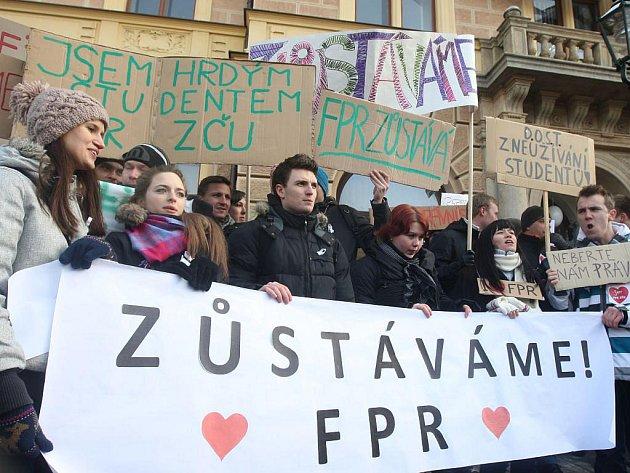 Studenti protestovali před právnickou fakultou také minulý a předminulý táden