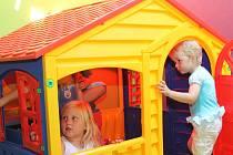 Na děti v jedné herně Rodinného centra Heřmanova Huť čeká také tento domek