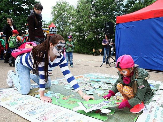 Skládání obřích puzzlů  bavilo malé i velké děti. Menším pomáhali rodiče, starší se mohli po sestavení mapy Evropy učit jednotlivé státy, jejich vlajky a symbolické prvky.