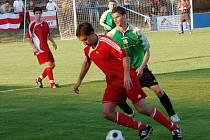 V minulé sezoně nováček, nyní  štika divize. To je zatimní vizitka fotbalistů Domažlic, na snímku z  vítězného derby v Klatovech v tmavých  trenkách