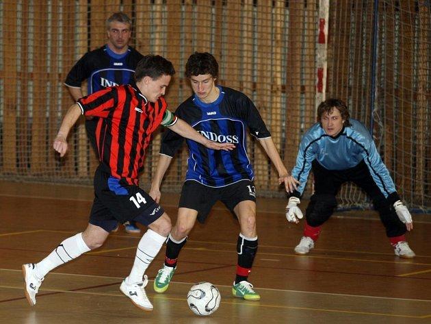 K výhře  futsalistů Indossu Plzeň 3:2 v Benešově přispěl jednou brankou i mládežnický reprezentant Michal Holý (na archivním snímku uprostřed s číslem 13)