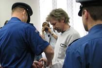 František Hadraba (na snímku uprostřed) byl k soudu přivedenz vazební věznice.