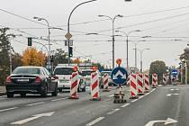 Řidiči, kteří míří na Vinice nebo po Karlovarské na Košutku od včerejška nemusí odbočovat do Lidické. Stavbaři totiž otevřeli jeden jízdní pruh v křižovatce ulic Karlovarská a Lidická.  Nově však nejde odbočit z Lidické na Karlovarskou.