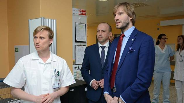 Jan Beneš (vlevo) s ředitelem Fakultní nemocnice Václavem Šimánkem a dnes již bývalým ministrem zdravotnictví Adamem Vojtěchem.