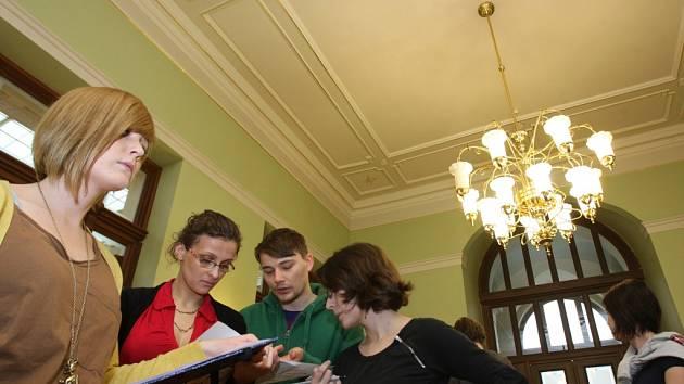 Studenti architektury, kteří se účastní workshopu, jenž na čas promění vzhled Měšťanské besedy, si včera budovu prohlédli