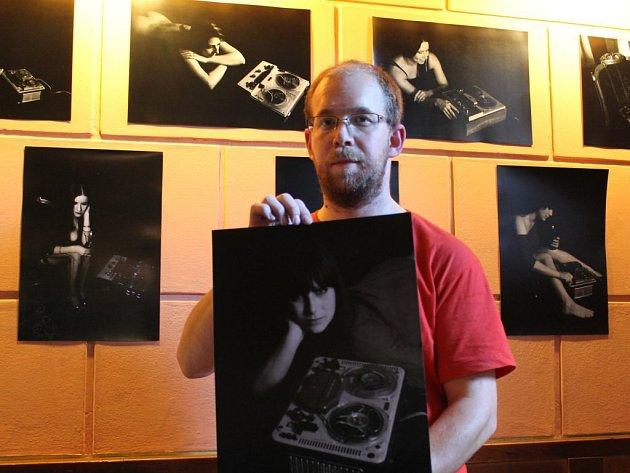 Michal Diestler se svými snímky s 'lidsko-technickou' tematikou. Výstava Ženy z pásku je vtěchto dnech k vidění v Galerii pěti metrů v plzeňském klubu Kapsa