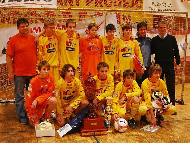 Vítězný tým z Příbrami se na závěr zvěčnil i s koučem české reprezentační jednadvacítky Vítězslavem Lavičkou (horní řada vpravo).