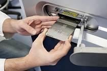 Hmotnostní spektrometr slouží ke zjišťování složení a struktury bílkovin v organismu. Na snímku vědecký pracovník Zdeněk Tůma Biomedicínské centrum LF UK