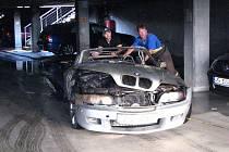 Sportovní vůz BMW Z3 po požáru v garáži v Kollárově ulici v Plzni.