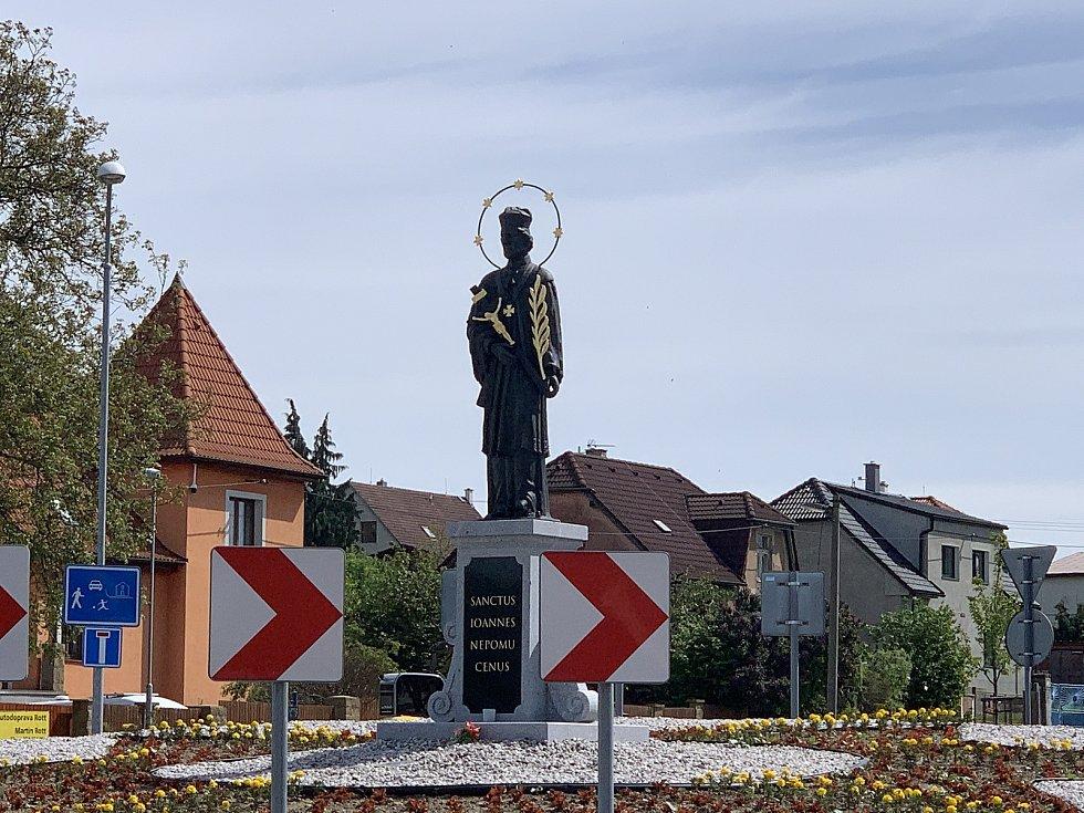 Socha nejslavnějšího rodáka uprostřed kruhového objezdu na frekventované silnici mezi Plzní a Pískem.