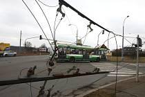 Ve středu v poledne strhlo nákladní auto na Nové hospodě trolejové vedení pro trolejbusy. Oprava trolejového vedení bude probíhat v noci ze středy na čtvrtek a pravděpodobně i v průběhu čtvrtka