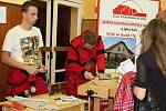 Studenti Středního odborného učiliště stavební ukazují, co už se ve škole naučili. Na veletrhu se představily střední školy a odborné učiliště z Plzně a okolí.