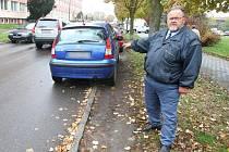 Řidič Zdeněk Janouškovec ukazuje, jak šoféři na náměstí Českých bratří parkují. Mnohdy musí zajet jedním kolem na trávník nebo do zákazu stání. Nezbývá jim nic jiného, než riskovat pokutu. Volná místa jsou tu vzácností