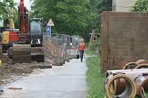 OPRAVA Chválenické ulice vystavila do konce prázdnin červenou řidičům,  podstatně zkomplikovala situaci i chodcům.