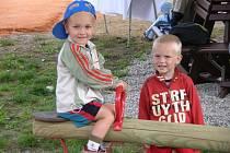 Děti ze Základní a Mateřské školy ve Chválenicích už využívají nové hřiště