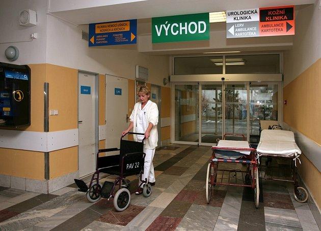 Vchod do fakultní nemocnice Bory.
