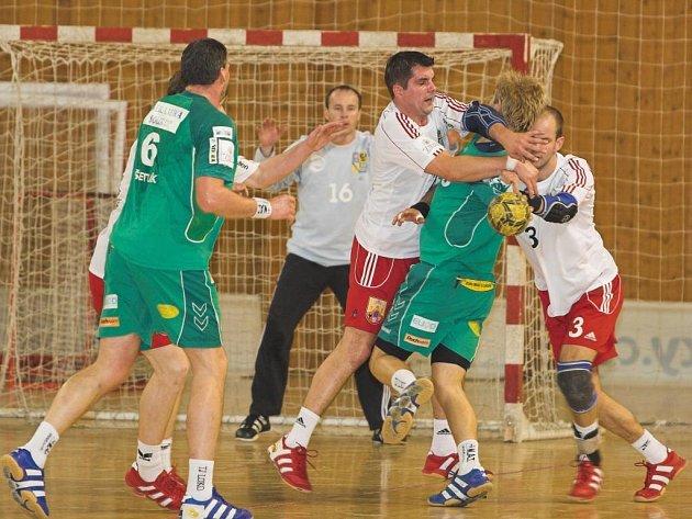 Na archivním snímku ze zápasu v Hranicích svádí tvrdý souboj s domácí obranou plzeňský Tomáš Soukup (vpravo), jeho snažení přihlíží Martin Šetlík