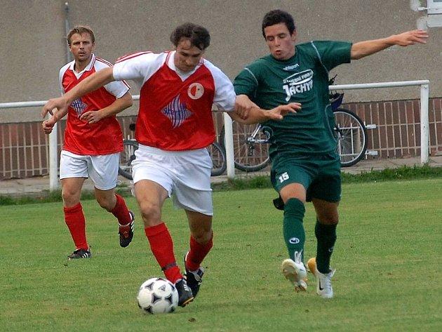 Vejprnický záložník Michal Löwy (uprostřed) uniká protihráči z Jankova během sobotního utkání 5. kola fotbalové divize. Domácí Západočeši byli lepším týmem a zvítězili jasně 3:0. Ovšechny tři branky Vejprnic se postaral Radek Černý.