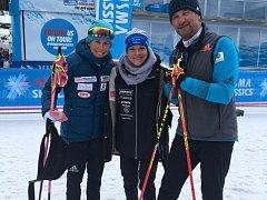 PO VYDAŘENÉM ZÁVODU si spokojená Anna Kožíšková (uprostřed) měla co říci s Kateřinou Smutnou i jejím trenérem a partnerem  Miroslavem Dudou.