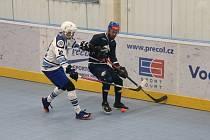 Hokejbalisté Plzně (na snímku v bílém) podlehli v domácím prostředí Kladnu vysoko 2:6.