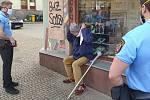 Strážníci městské policie kontrolují dodržování nařízení o zakrývání úst a nosu