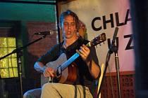 Britský kytarista Justin Lavash.