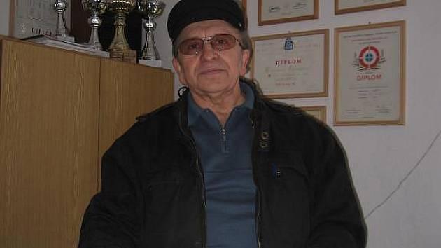 Ludvík Peikert ukazuje diplomy svého stejnojmenného syna – mistrovský titul přeborníka Československa v roce 1984 a za vítězství v mezinárodních závodech v Plzni v roce 1985