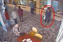 Zlodějka (na snímku označená) připravila důchodce o celý měsíční důchod. Pokud ji poznáváte, volejte policii
