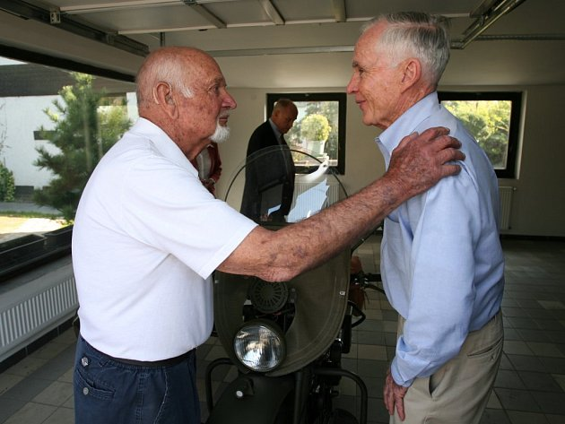 Slavnosti osvobození jsou v Plzni symbolem setkávání. Ve čtvrtek se takto vítali Erik O. Petersen (vlevo) a Charles H. Noble