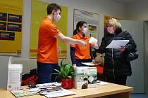 Ochranné pomůcky distribuoval Plzeňský kraj z dodávky od státu.