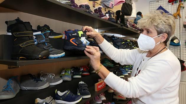 Obchod s dětskou obuví U Stonožky v centru Plzně otevřel podle upravených vládních nařízení.