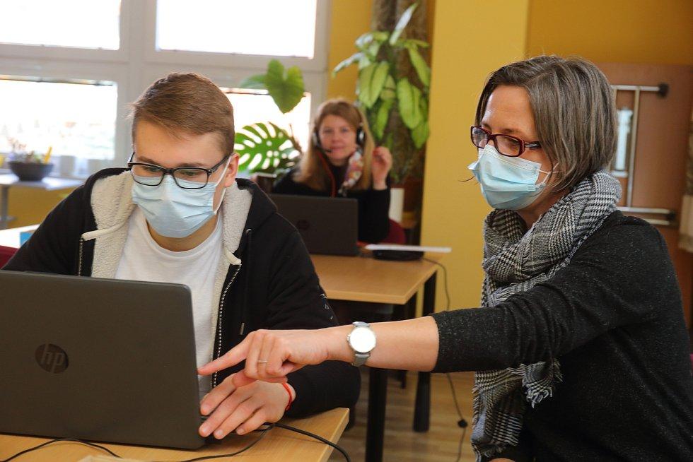 Plzeňský TOTEM pomáhá denně stovkám seniorů s registrací na očkování.