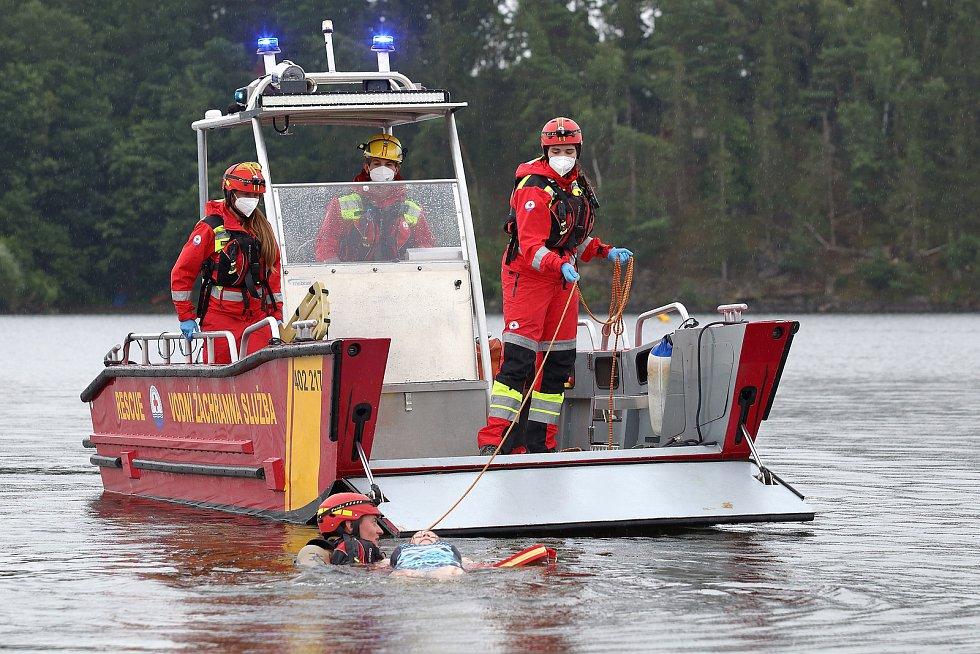 36 - Ukázka zásahu záchrany tonoucího z vody.