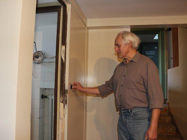 Robert Lamač při posledních úpravách interiéru