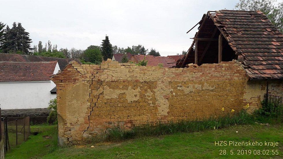 Zřícená stodola v Útušicích.