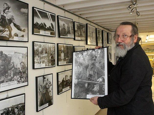 Jožka Osoba z plzeňské galerie U Andělíčka ukazuje některé ze snímků, které jsou součástí výstavy 65 obrazů války a vítězství