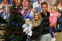 Na letošní Vánoce se obránce fotbalistů FC Viktorie Plzeň David Limberský obzvlášť těší. Poprvé je totiž bude s rodinou trávit ve čtyřech, s přítelkyní Michaelou, tříletou Natálkou a osmiměsíčním Davídkem