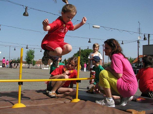 Sportovní klání dětí ze Základní školy Řenče se všem moc líbilo. S chutí si zasoutěžily při netradičních disciplínách, jako skok do výšky se svázanýma nohama