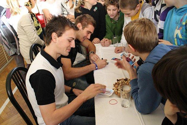 Beseda se sportovci. Absolventi Andrea Hlaváčková, Vladimír Darida a Martin Sladký zavítali na gymnázium