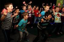 HUÁ! V novozélandské džungli nacvičili Dobrodruzi tradiční maorský tanec. Náčelníku Te Hemerovi se líbil