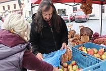 Jablka, brambory, cibuli, česnek i proutěné koše včera v Dobřanech nabízel Dan Koranda